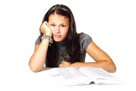 Jeune fille en situation de retard scolaire